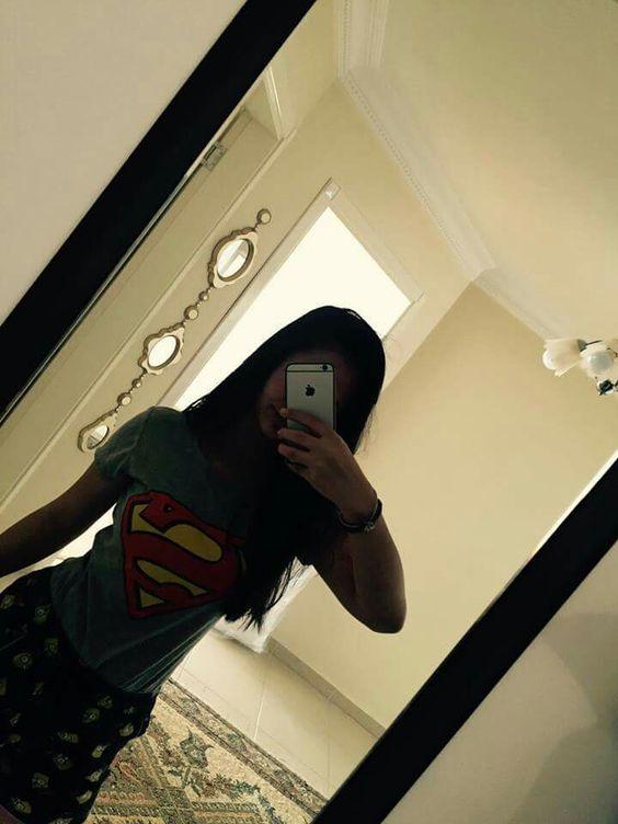 foto tumblr de chica con polo d superman frente al espejo