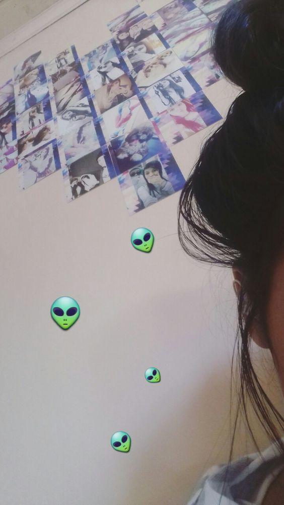 foto tumblr con emojis de alien y fondo pared con posters